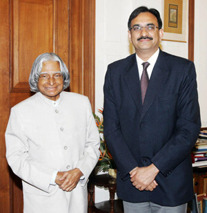 President of India A.P.J. Abdul Kalam and Nirupam Bajpai, director of the South Asia Program