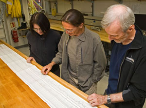 Lamont scientists Angela Slagle and Gilles Guèrin analyze logging data with co-chief scientist Craig Fulthorpe, University of Texas.